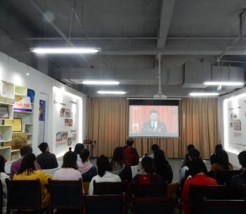 雅安市群团组织社会服务中心组织入驻中心社会组织观看中国共产党第十九次全国代表大会开幕式